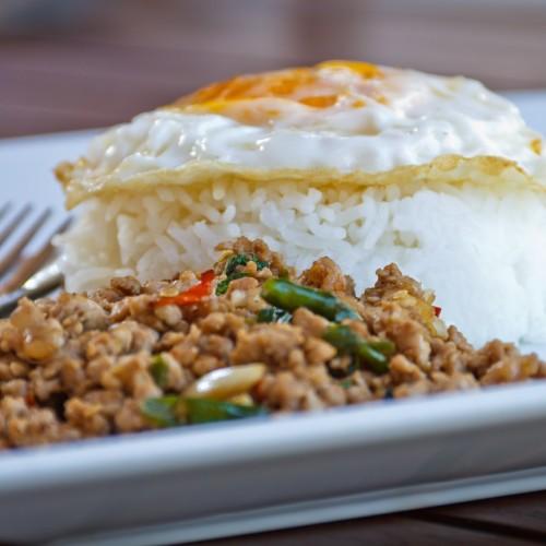 Stegt basilikum (og spinat) med kød (Pad Karpow) - Lav thai mad